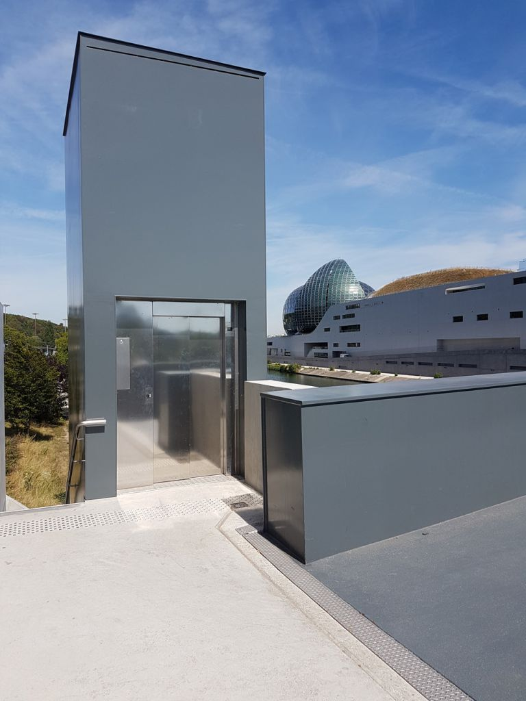 Création d'un ascenseur extérieur dans un pylône métallique à l'île Seguin