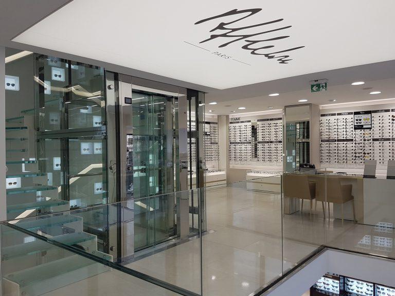 Ascenseur vitré boutique Afflelou des Champs-Élysées