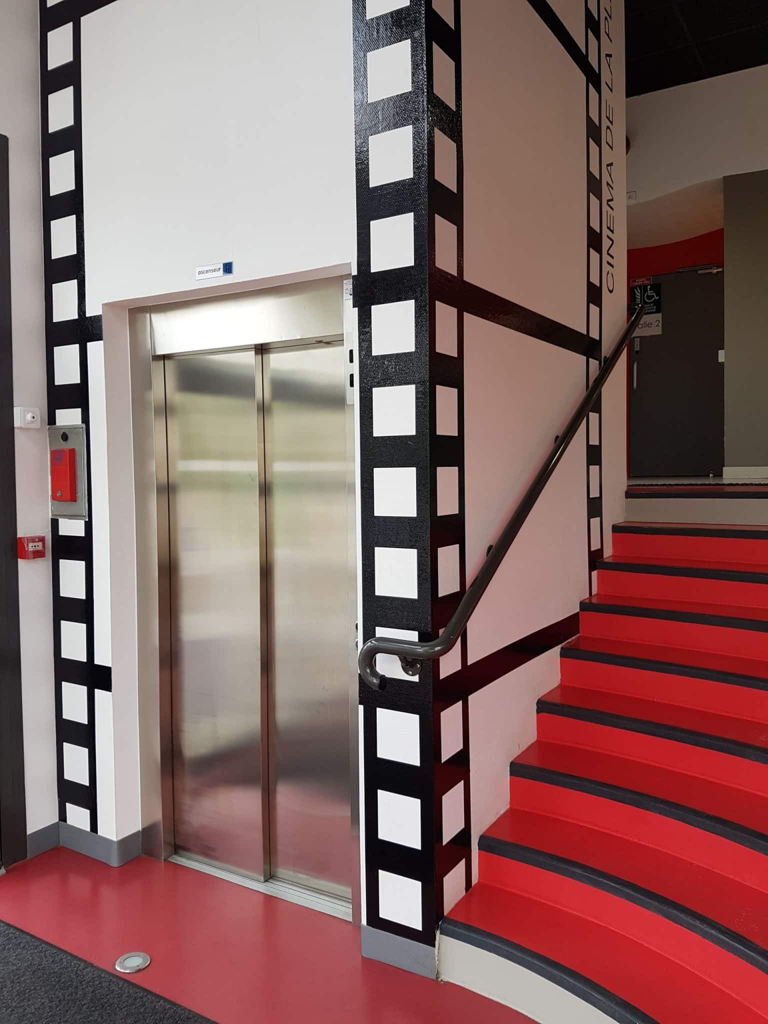 Ascenseur dans un cinéma à Hauteville-sur-Mer