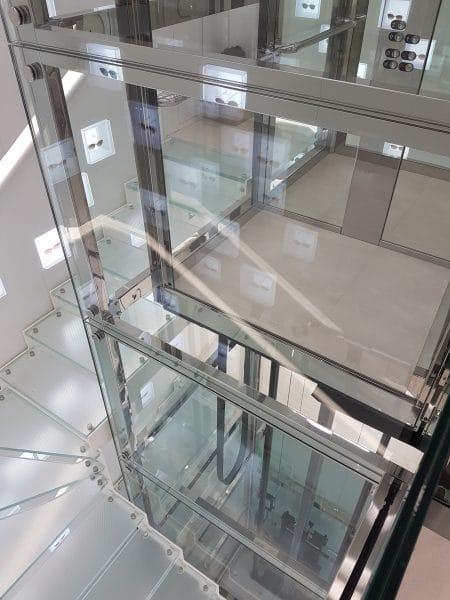Escalier autour de l'ascenseur vitré
