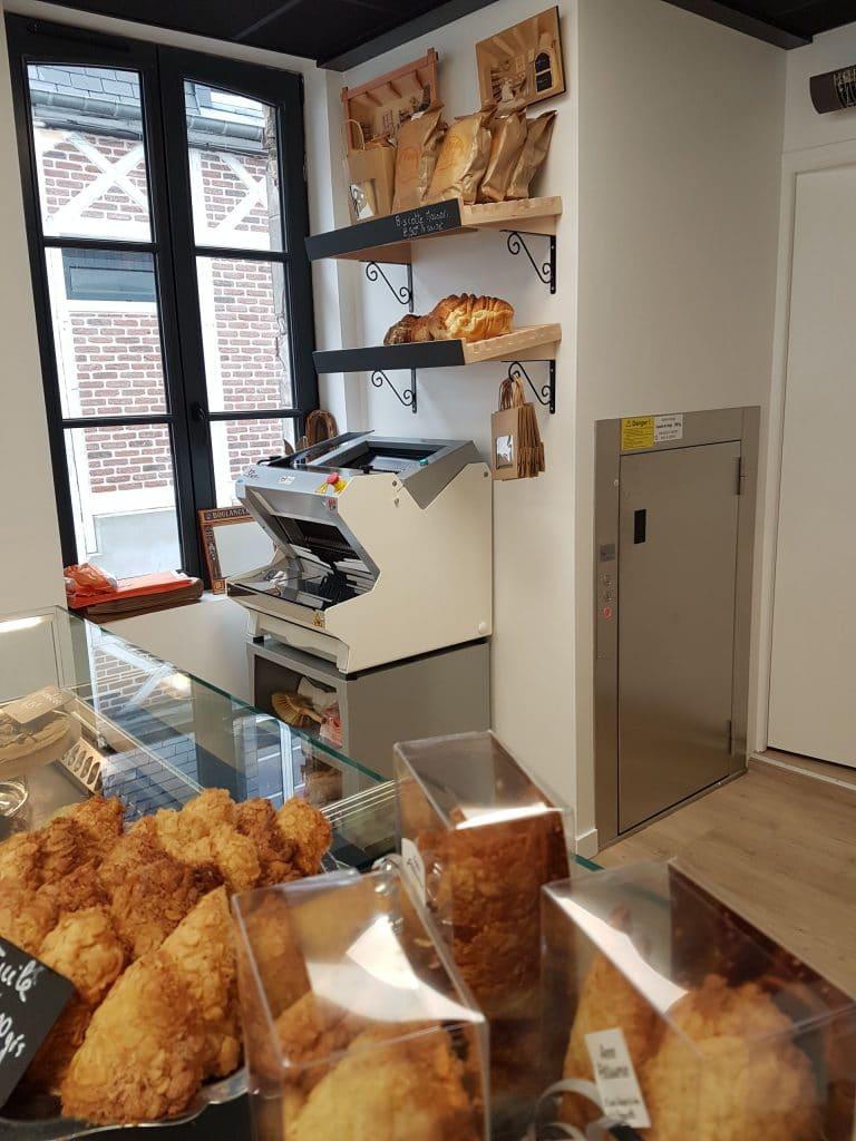 Installation d'un monte-charge dans une boulangerie à Deauville (14)