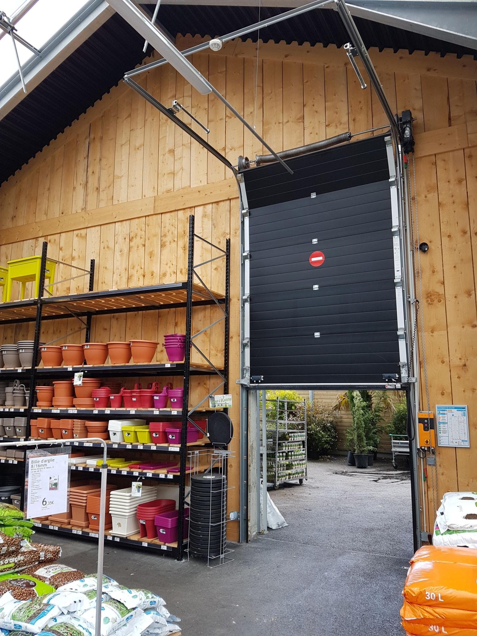 Installation d'une porte sectionnelle dans une pépinière à Bavent (14)