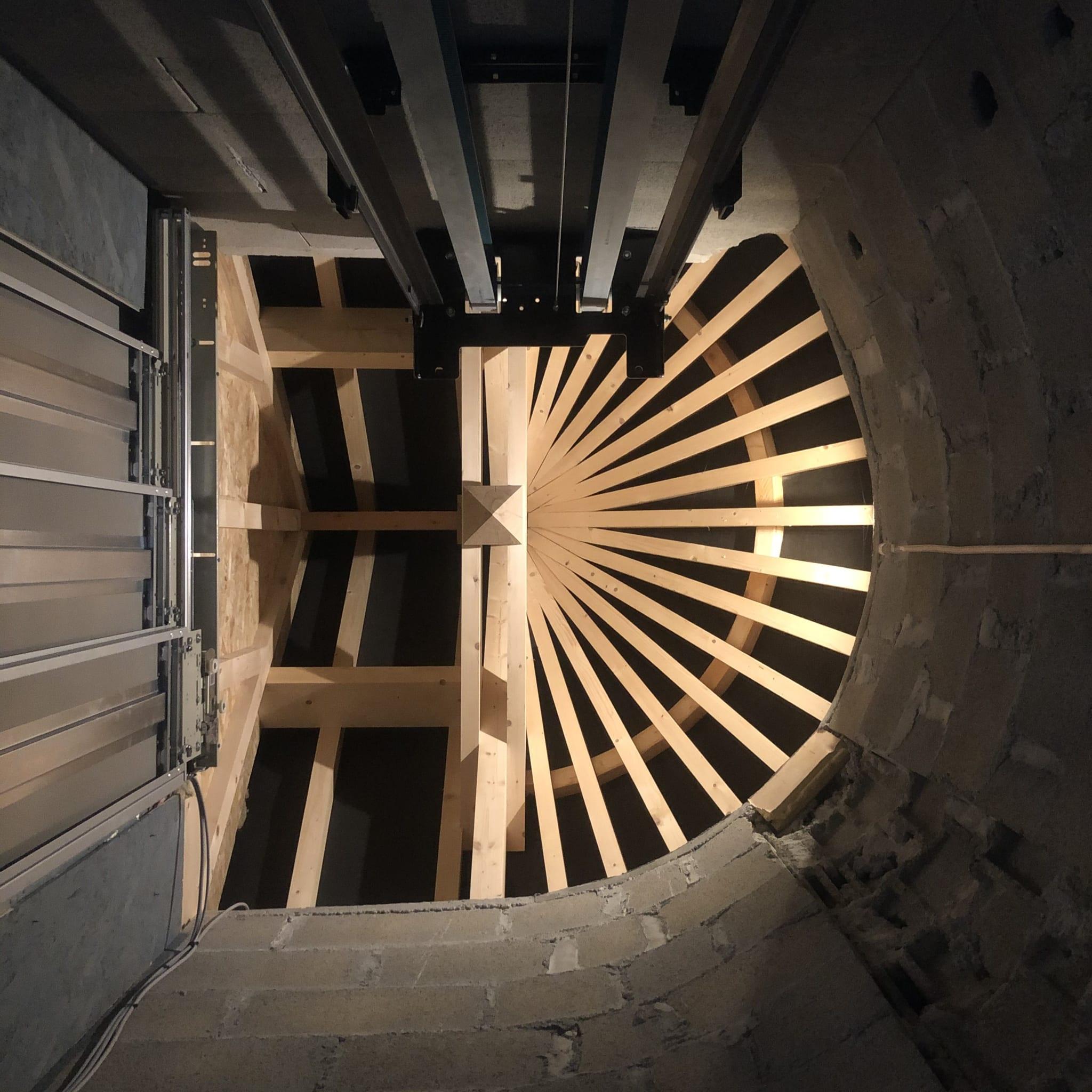 Vue du toit de la cabine de l'ascenseur